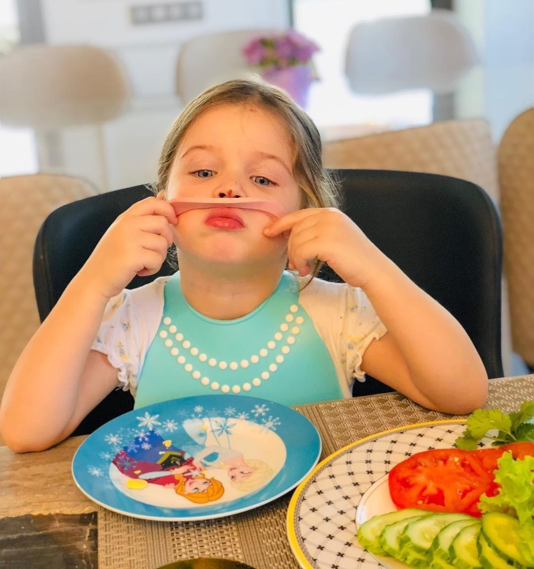 «Зачем хвастаться едой?»: супруг Ксении Бородиной кормит 2-летнюю дочь дорогим деликатесом