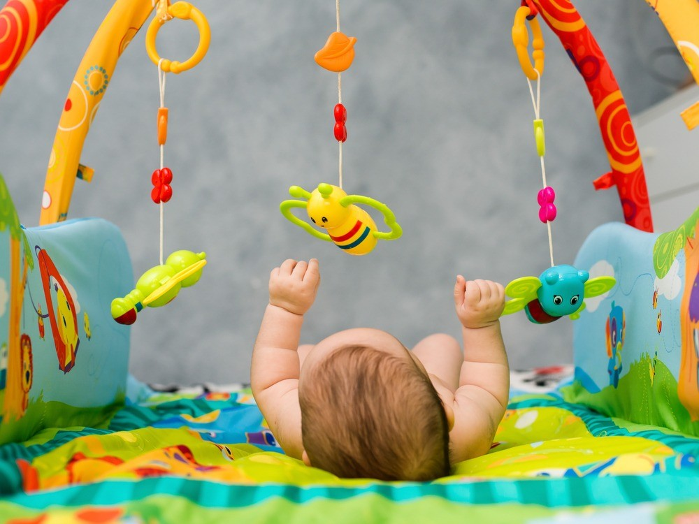 На развивающих ковриках игрушки обычно подвешены слишком низко