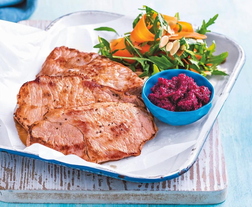 Свинина под свекольным соусом и салатом из моркови