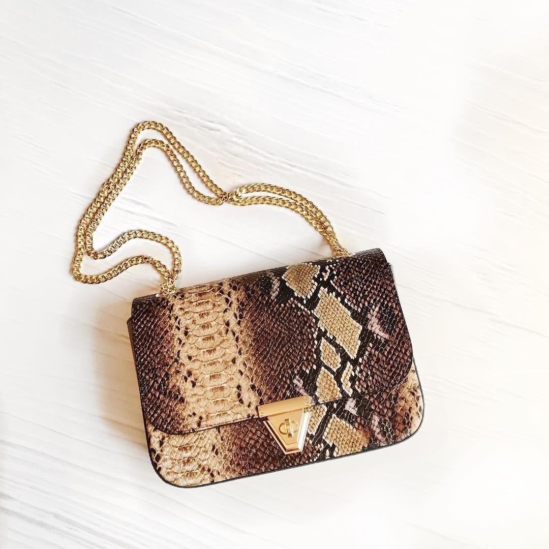 Стоило дизайнерам заикнуться отом, что вэтом сезоне будут популярны «животные» принты, как женщины бросились скупать сумочки с«зебрами», «змеями», «крокодилами». Изделие изнастоящей к...
