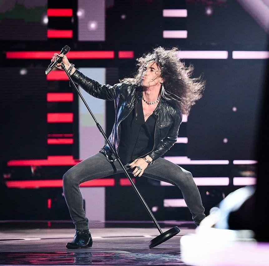 Этот экспрессивный молодой человек с гривой волос, перстнями на пальцах и в кожаной куртке, «настоящий рок-н-ролльщик», как назвала его Ани Лорак, приехал в Москву из далекой теплой Кубы....