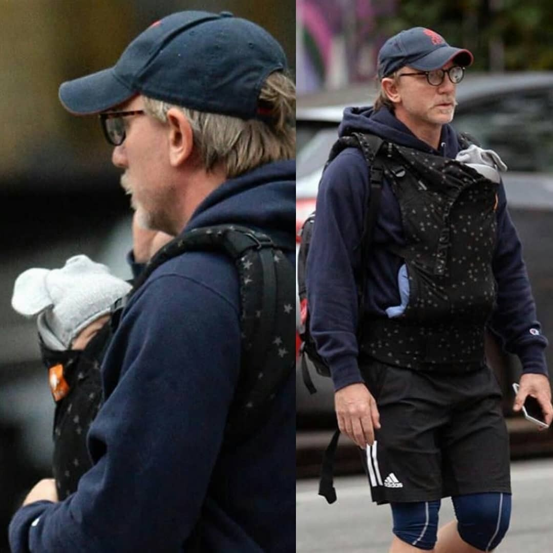 Недавно вСети появились снимки, накоторых Дэниел Крейг немного снесчастным лицом гуляет сребенком, неся его вслинге. После этого наактера обрушился буквально шквал уничижительной кр...