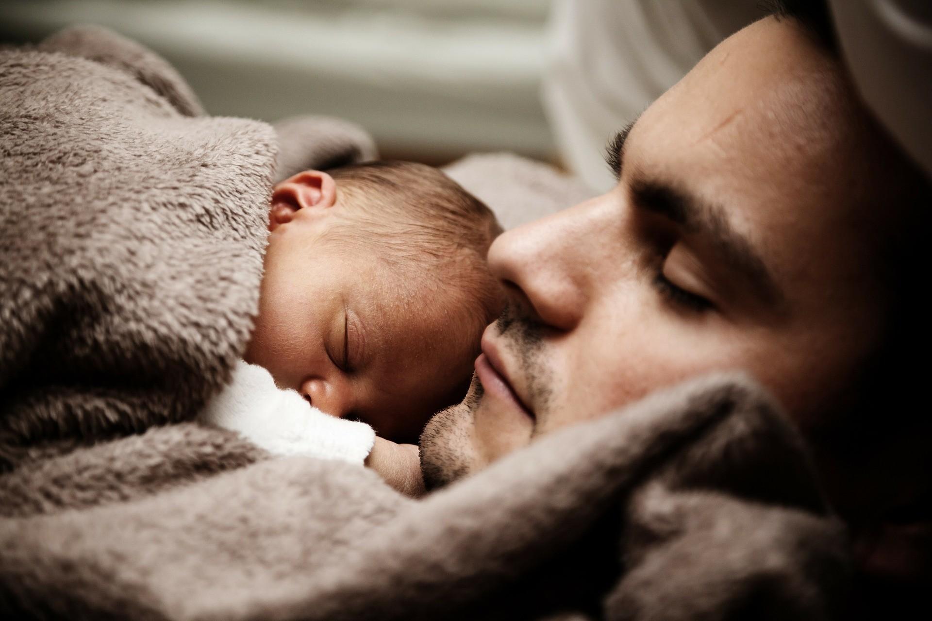 Когда ребенку можно спать на подушке, а когда это просто опасно