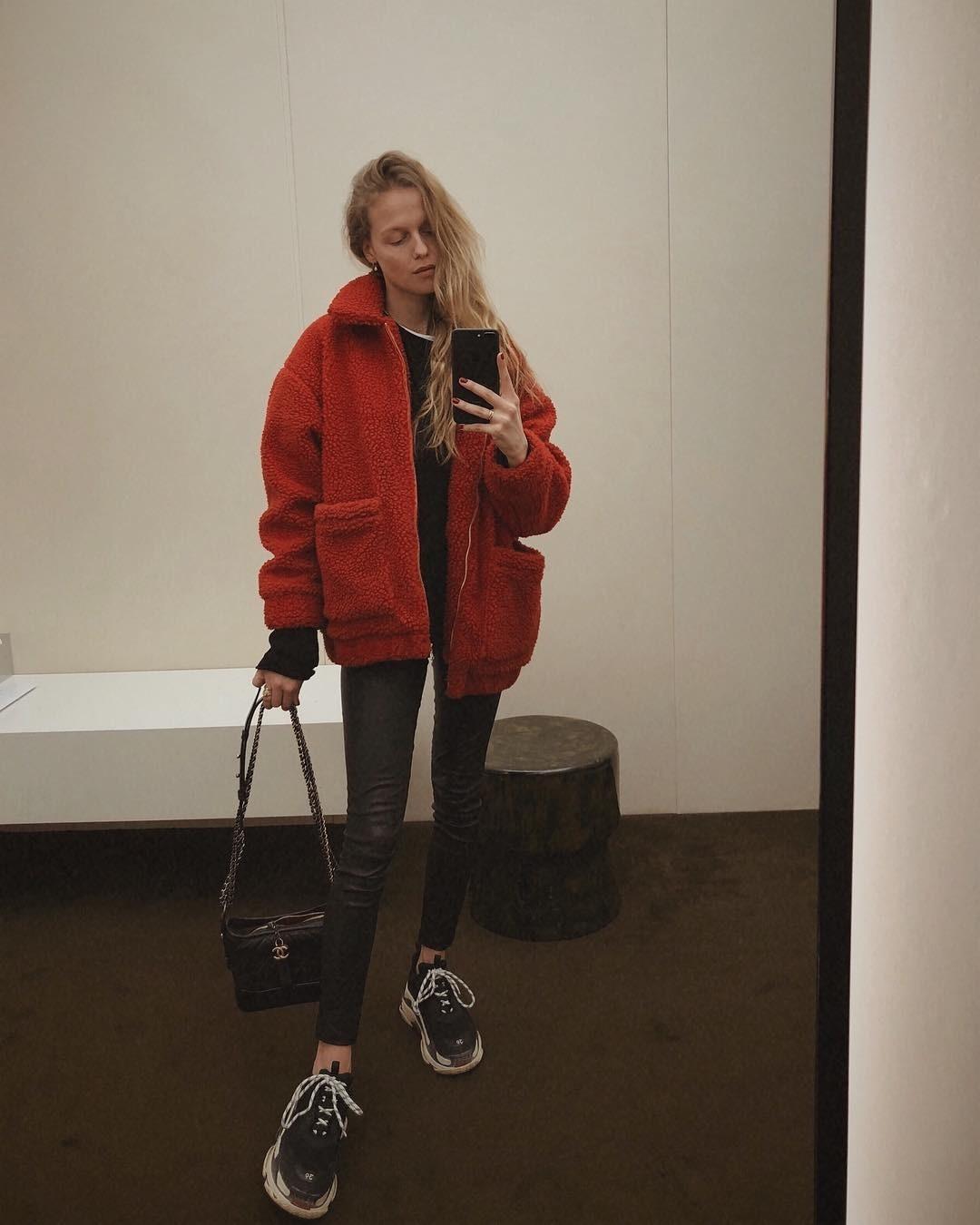 Черные джинсы-скинни идеально подойдут к мягкому уютному плюшевому пальто, в которое так и хочется окунуться. Сумочка на цепочке и все те же кроссовки идеально дополнят лук.