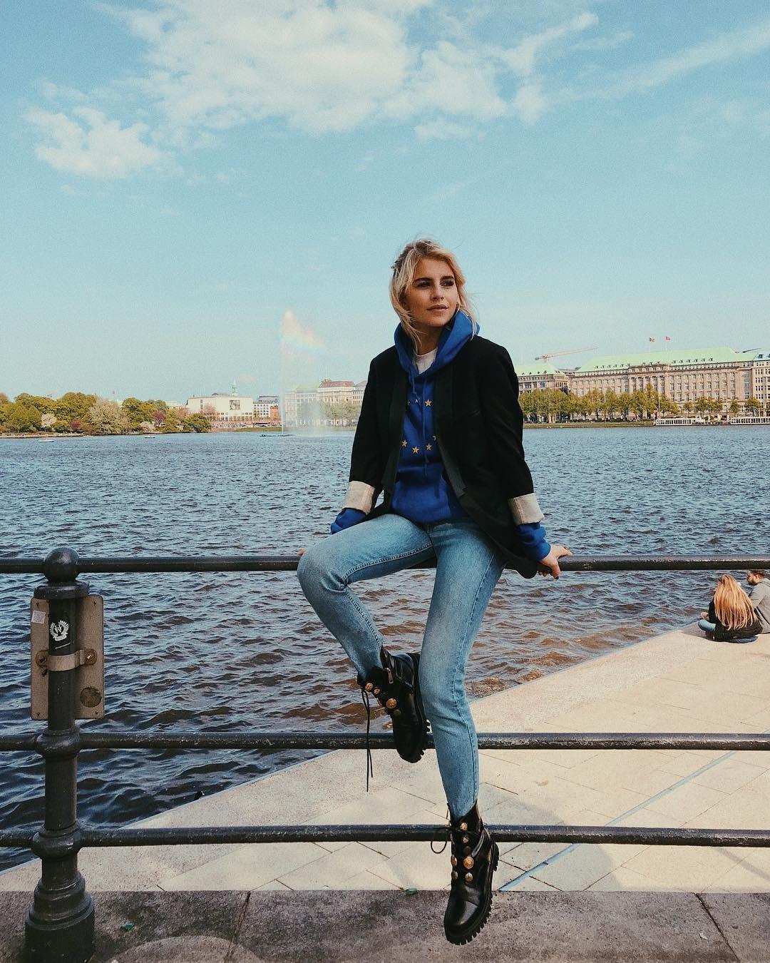 Узкие голубые джинсы, толстовка и шерстяное пальто сверху сразу скажут о тебе, как о настоящей моднице. Крутой образ дополнят ботинки со шнуровкой. Не удивляйся, если прохожий случайно сп...