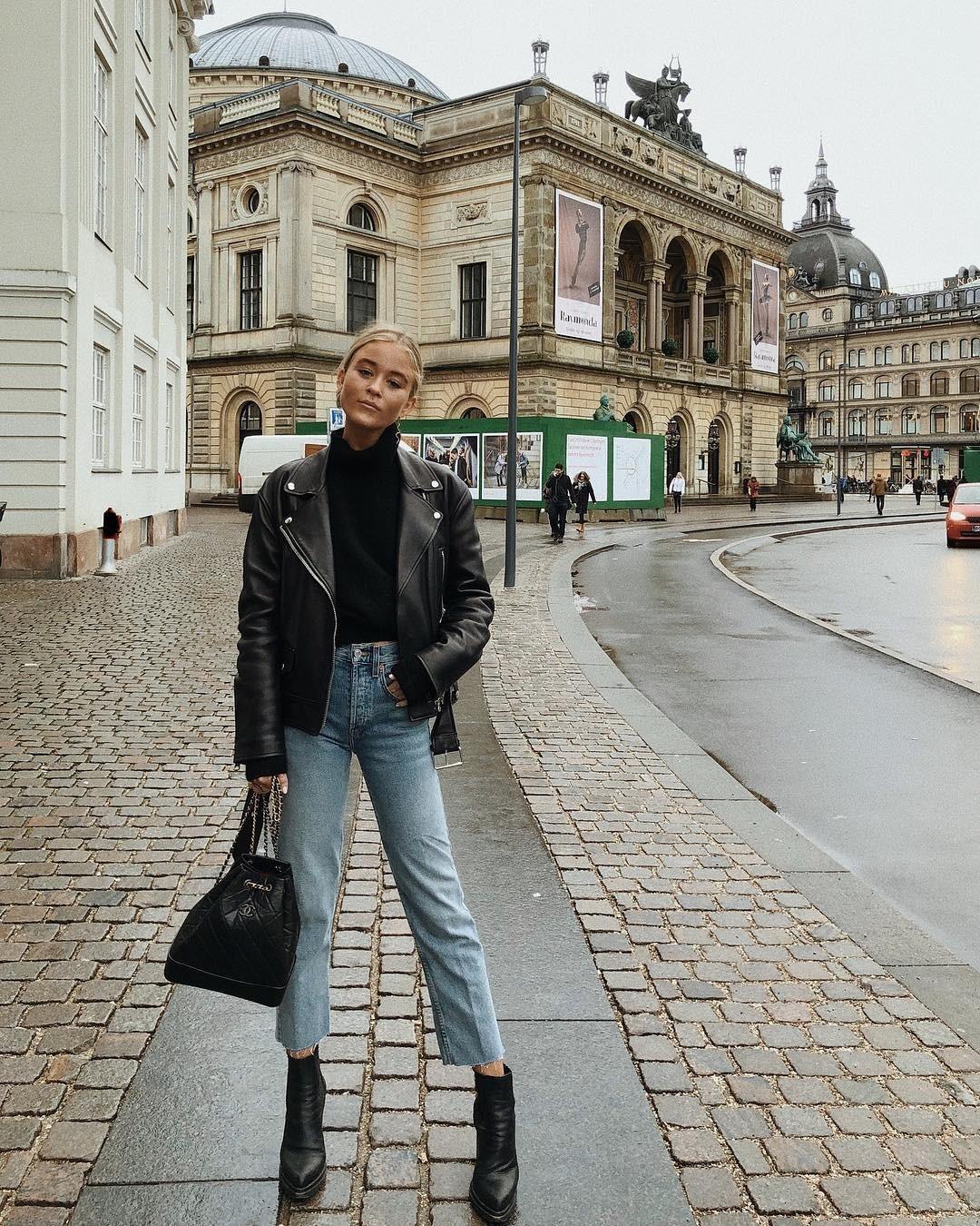 Мы уже писали о том, что куртка-косуха может подойти женщинам абсолютно любого возраста. И этот лук — еще одно тому доказательство. И несмотря на то, что на фото представлены джинсы-клеш,...