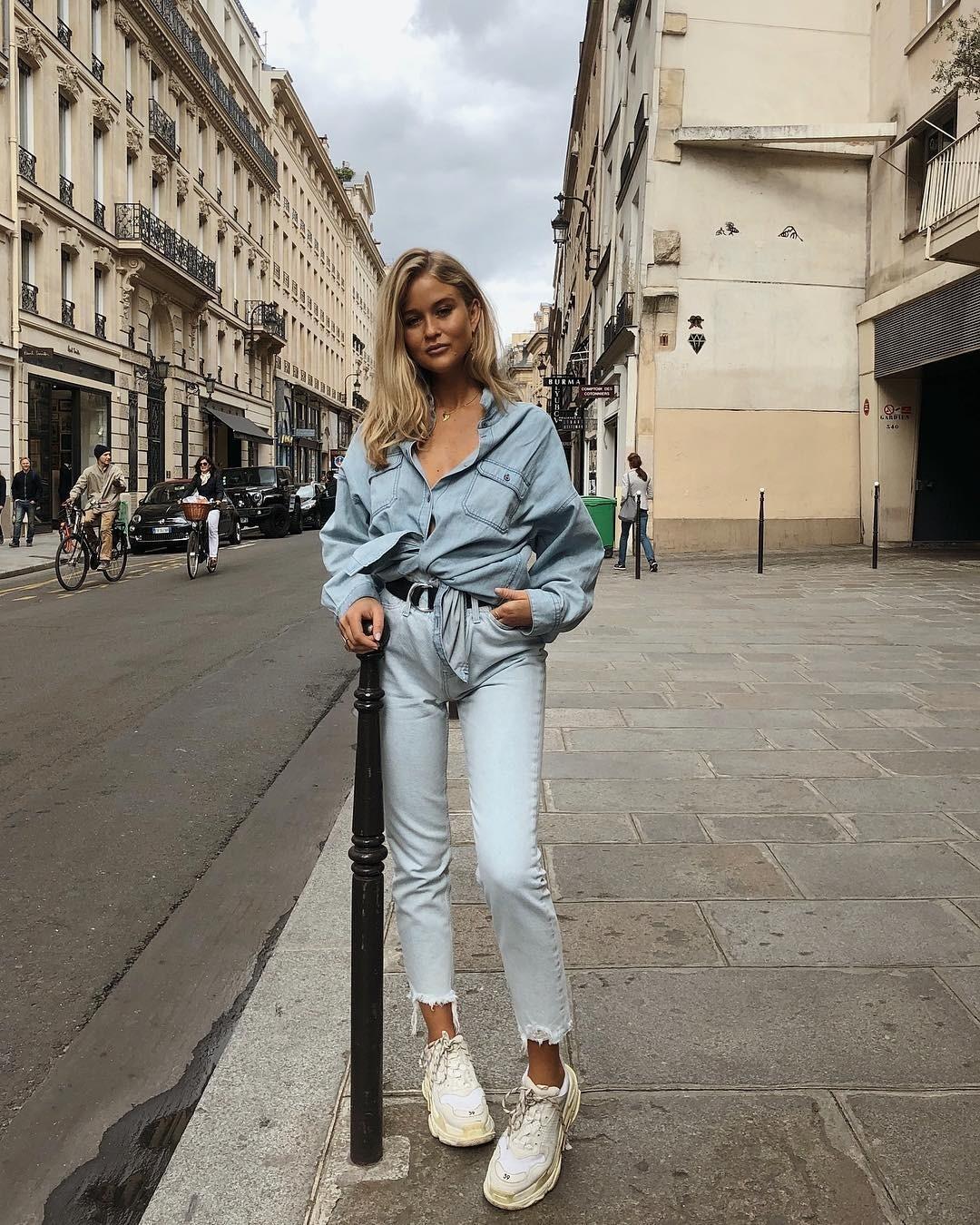 Джинсы-скинни снизу и джинсовая рубашка сверху — идеальное сочетание для пасмурных осенних дней. Добавь в комплекту объемные кроссовки — и образ собран. Маленький секрет: всегда сочетай р...