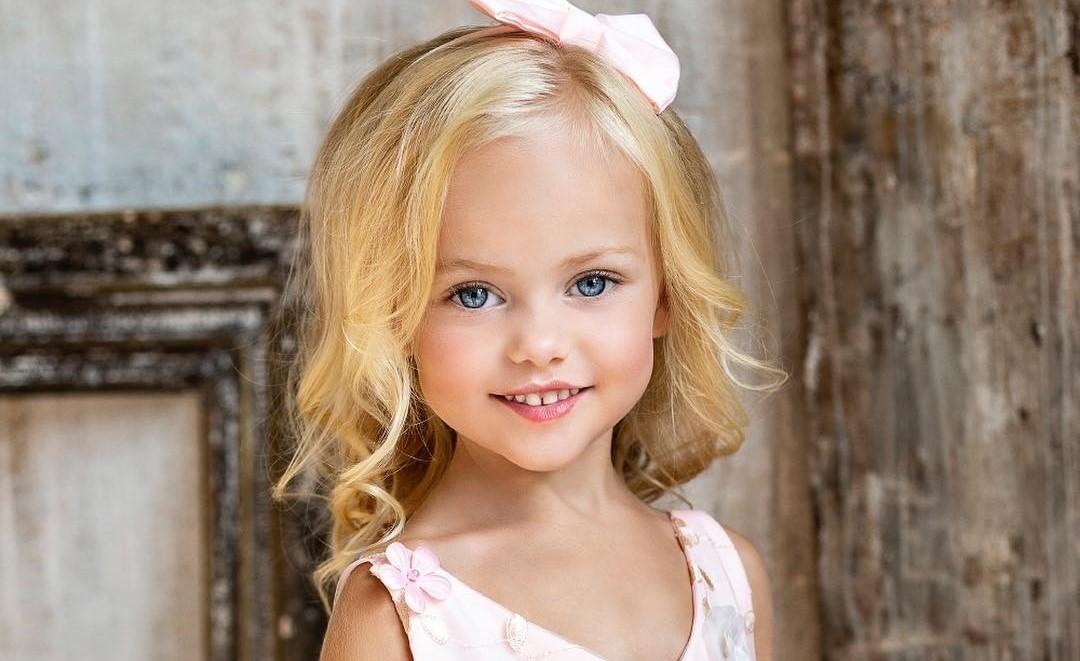 «Как куколка!»: 4-летняя россиянка вошла в рейтинг самых красивых детей