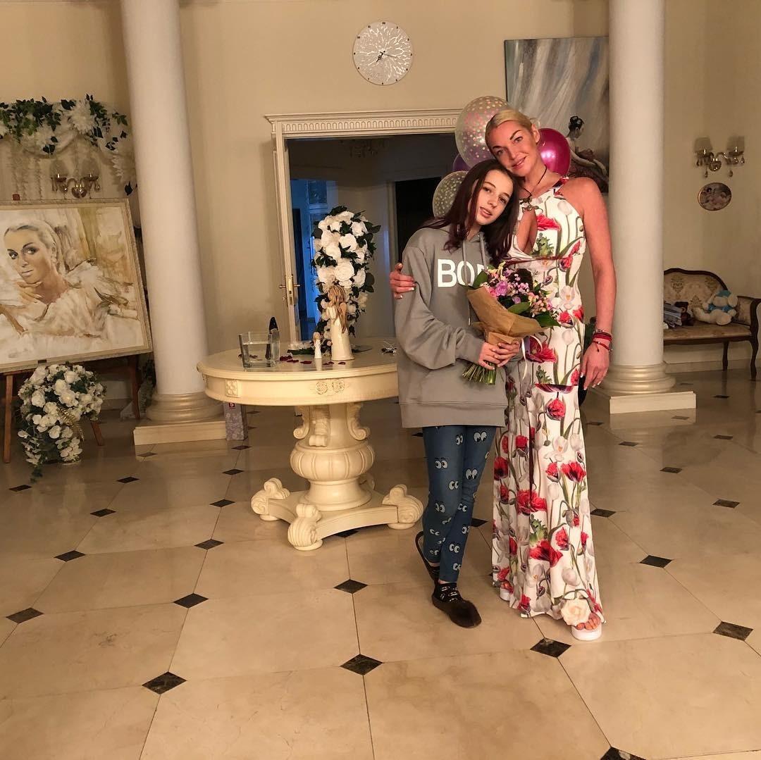 Анастасию Волочкову высмеяли за то, что ее 13-летняя дочь вынуждена зарабатывать в соцсетях