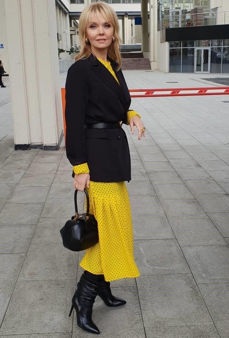 Артистка выбрала для светского выхода желтое платье-миди в горошек. Свой образ она дополнила классическим пальто, сапожками и маленькой сумочкой. Интернет-пользователям понравился образ з...