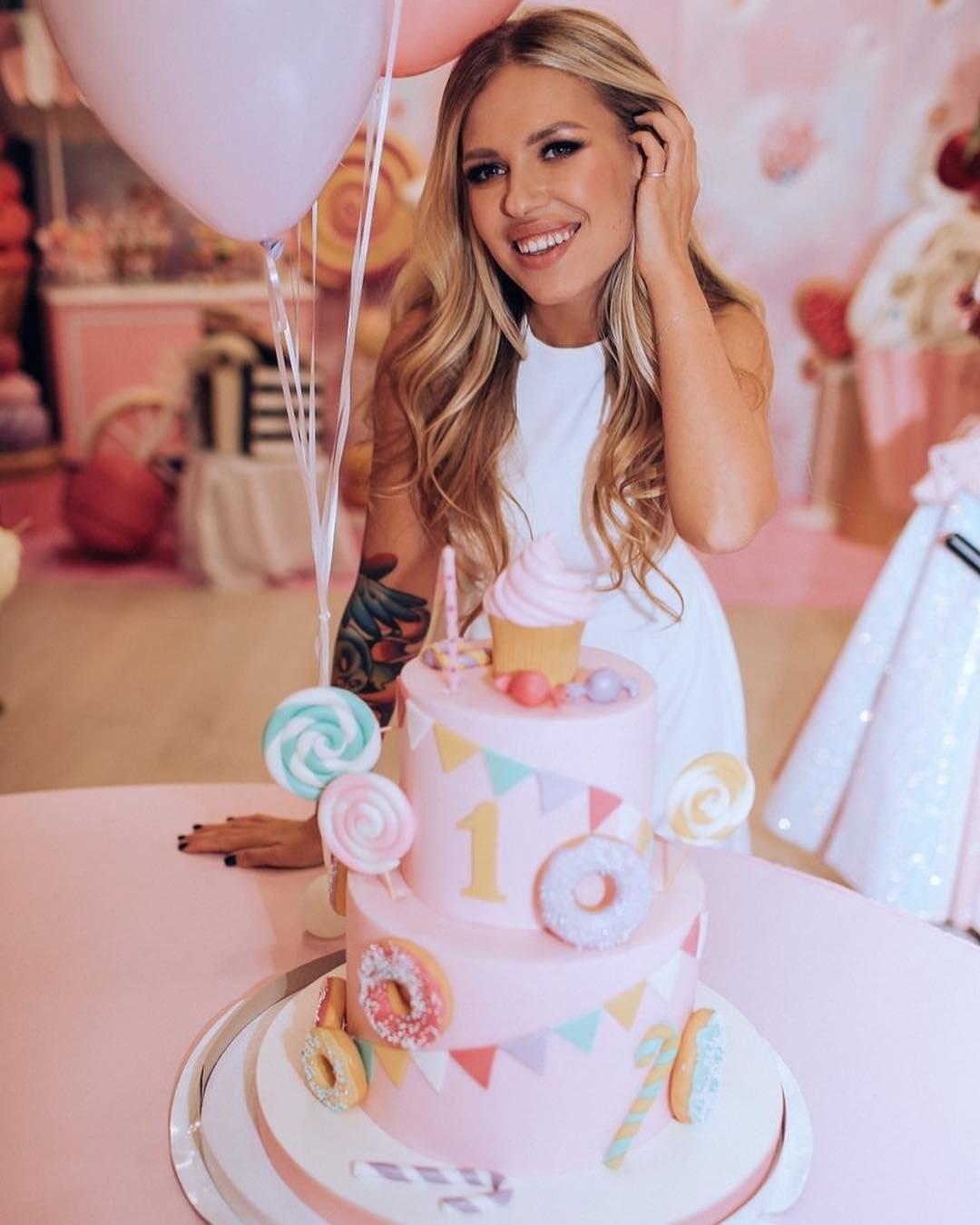 23 октября девочке исполнился год, Рита привезла ее к отцу, где она провела тихий семейный праздник. А на выходных отметила дочке настоящий день рождения с клоунами и огромным тортом. Вот...
