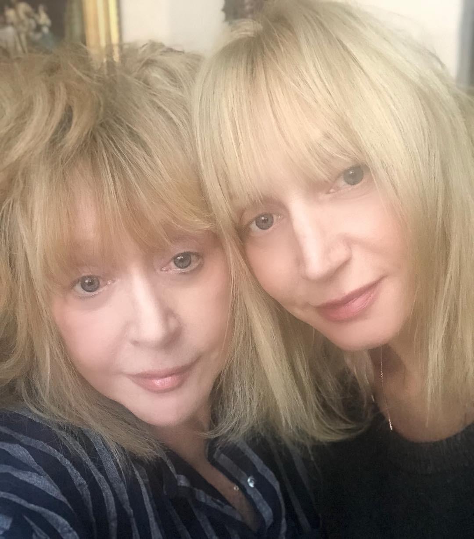 «Двое из ларца, одинаковы с лица! Вы прекрасны, милые женщины!», «Просто одно лицо! Как сестры», «Две подружки», - осыпали звезд комплиментами интернет-пользователи. А некоторые раскритик...