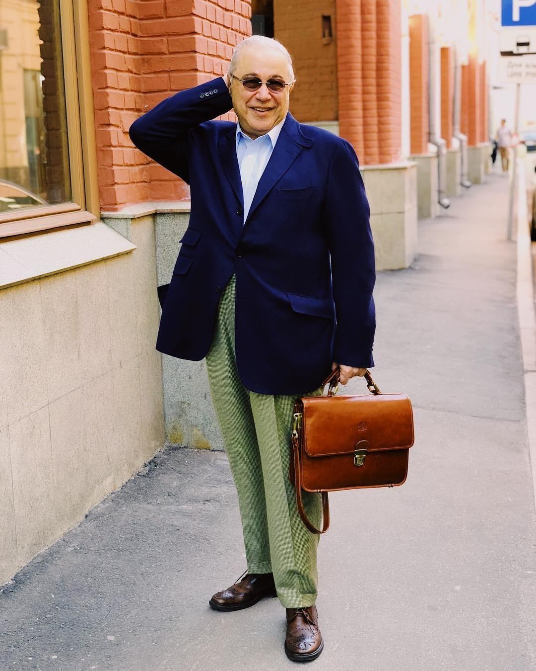 Под этим снимком Евгений Ваганович призвал подписчиков «не поддаваться хандре, одеваться теплее и улыбаться чаще» - судя по всему, у самого комика это получается. На этот раз осенний look...