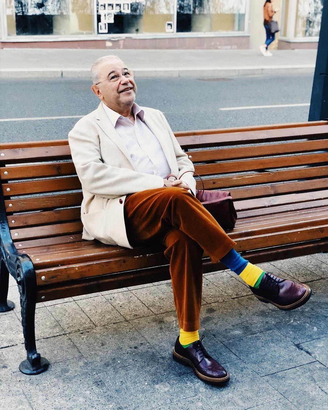 Нашу подборку открывает один изсамых ярких образов Евгения Вагановича. Длятеплого осеннего дня артист выбрал вельветовые брюки цвета охры, кипенно-белую рубашку изорганического хлопка...