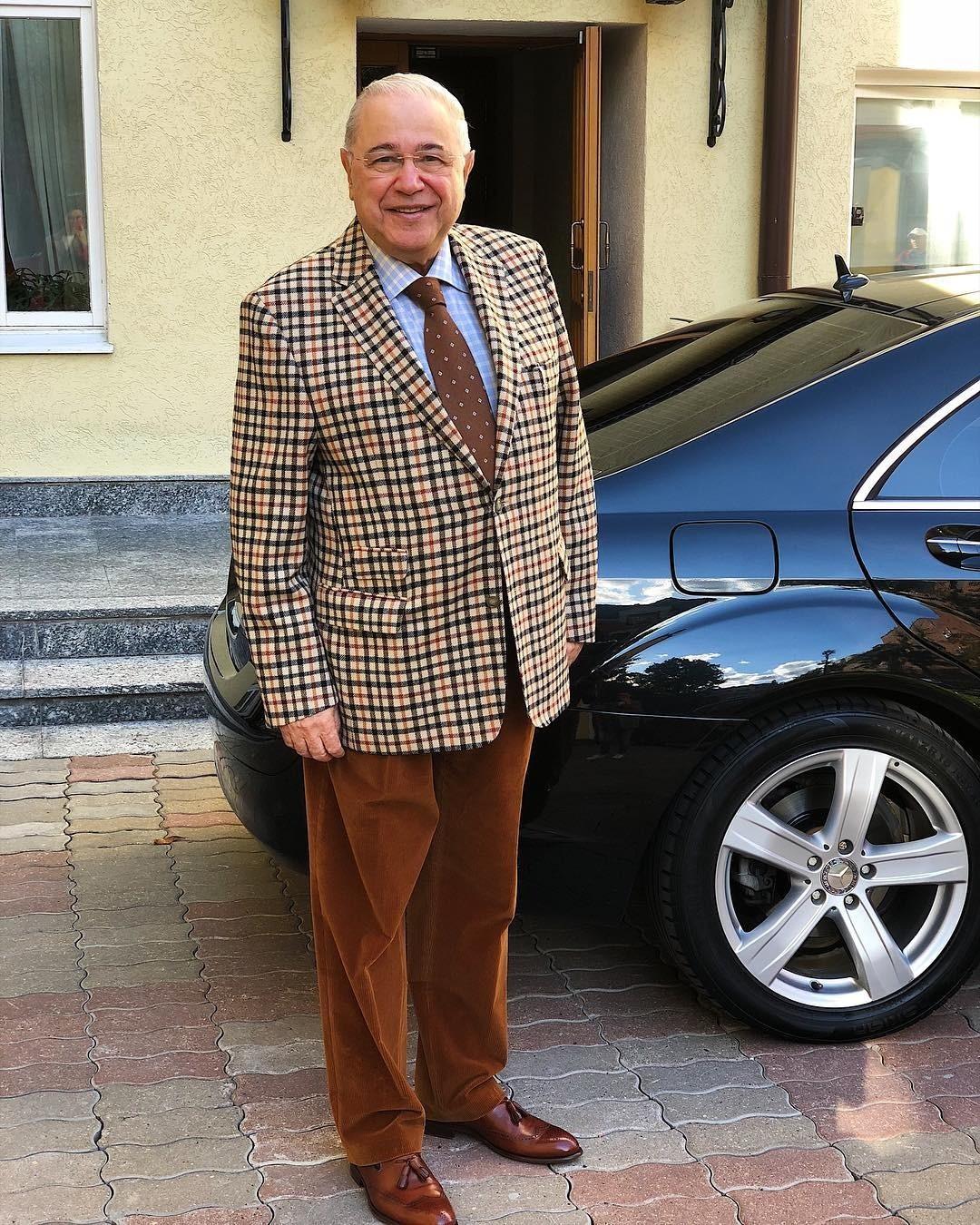 Вельветовые брюки охрового цвета - один излюбимых предметов гардероба Евгения Петросяна. Обрати внимание, как гармонично они смотрятся вабсолютно разных образах. Главное - правильно их...