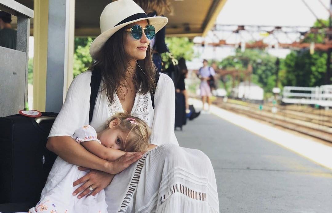 «Взрослый ребенок берет грудь – это мерзко!»: в сети раскритиковали женщину, которая кормит грудью 3-летнюю дочь и фотографирует этот процесс
