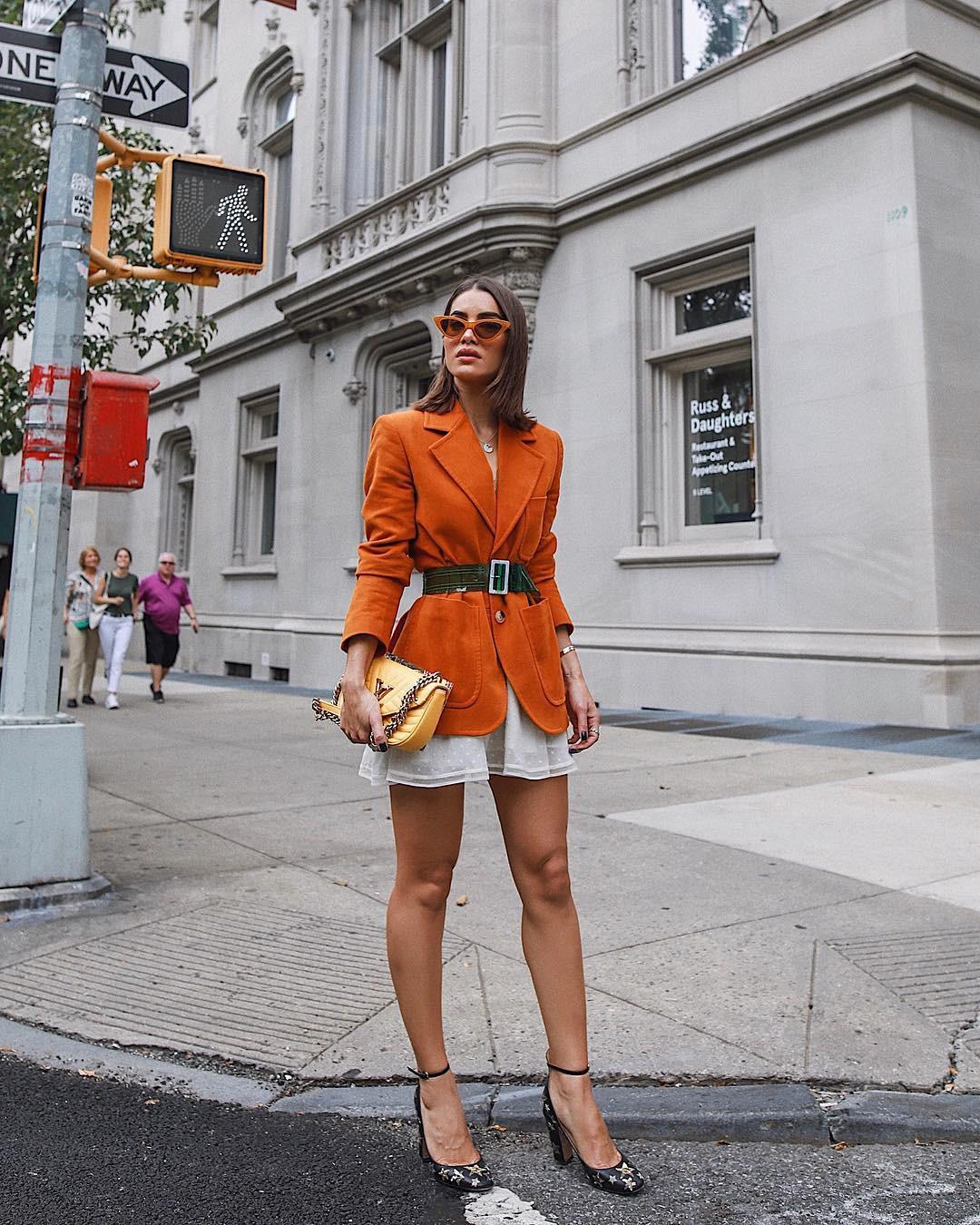 Жакет прямого кроя сбольшими накладными карманами налюбой фигуре будет смотреться гармонично. Но особенно подойдет девушкам со спортивным типом фигуры: широкими плечами иузкими бедрами...