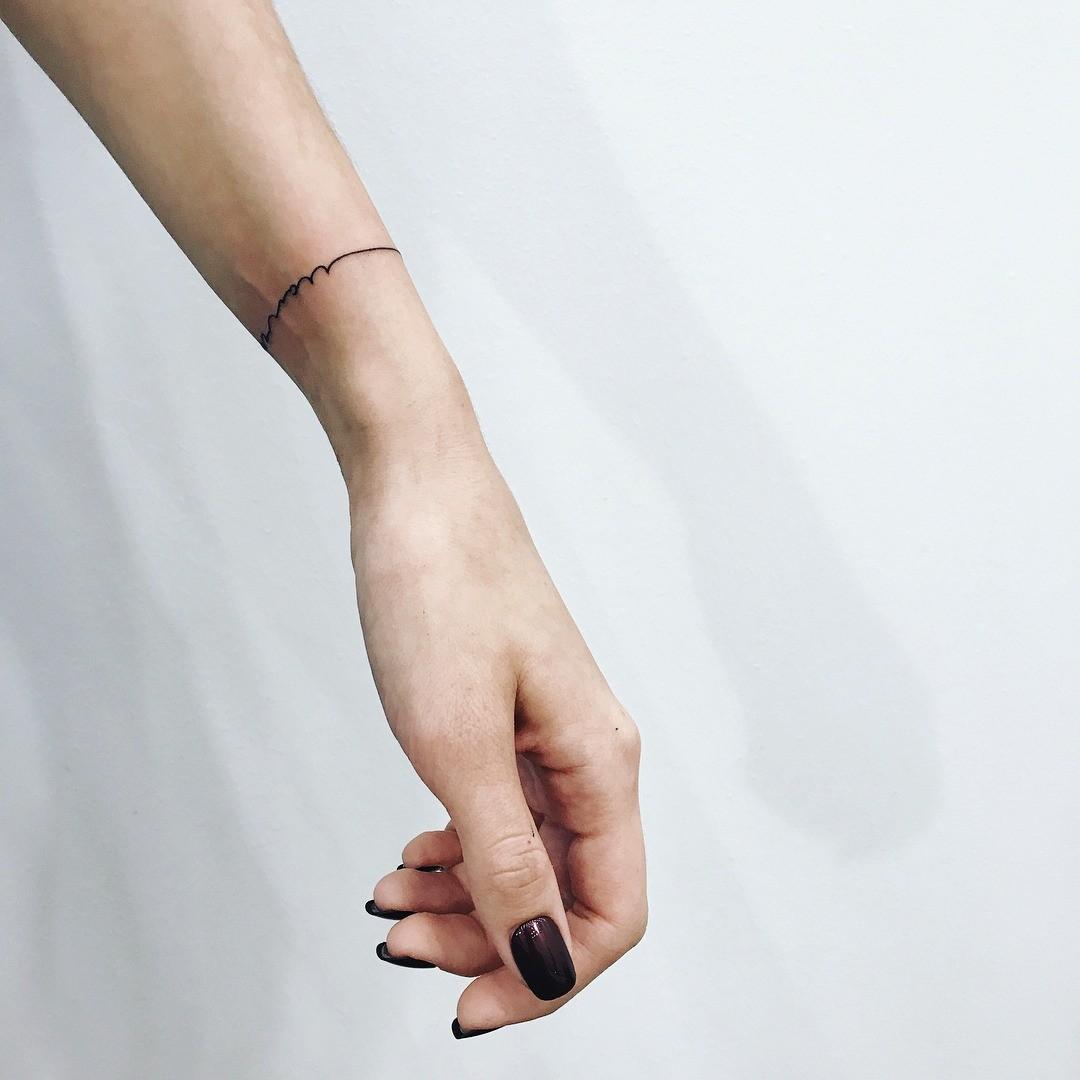 Максимально минималистичная и лаконичная татуировка - может выступать в качестве браслета, а может нести в себе глубокий смысл. Например, говори, что ты привыкла «держать руку на пульсе»,...