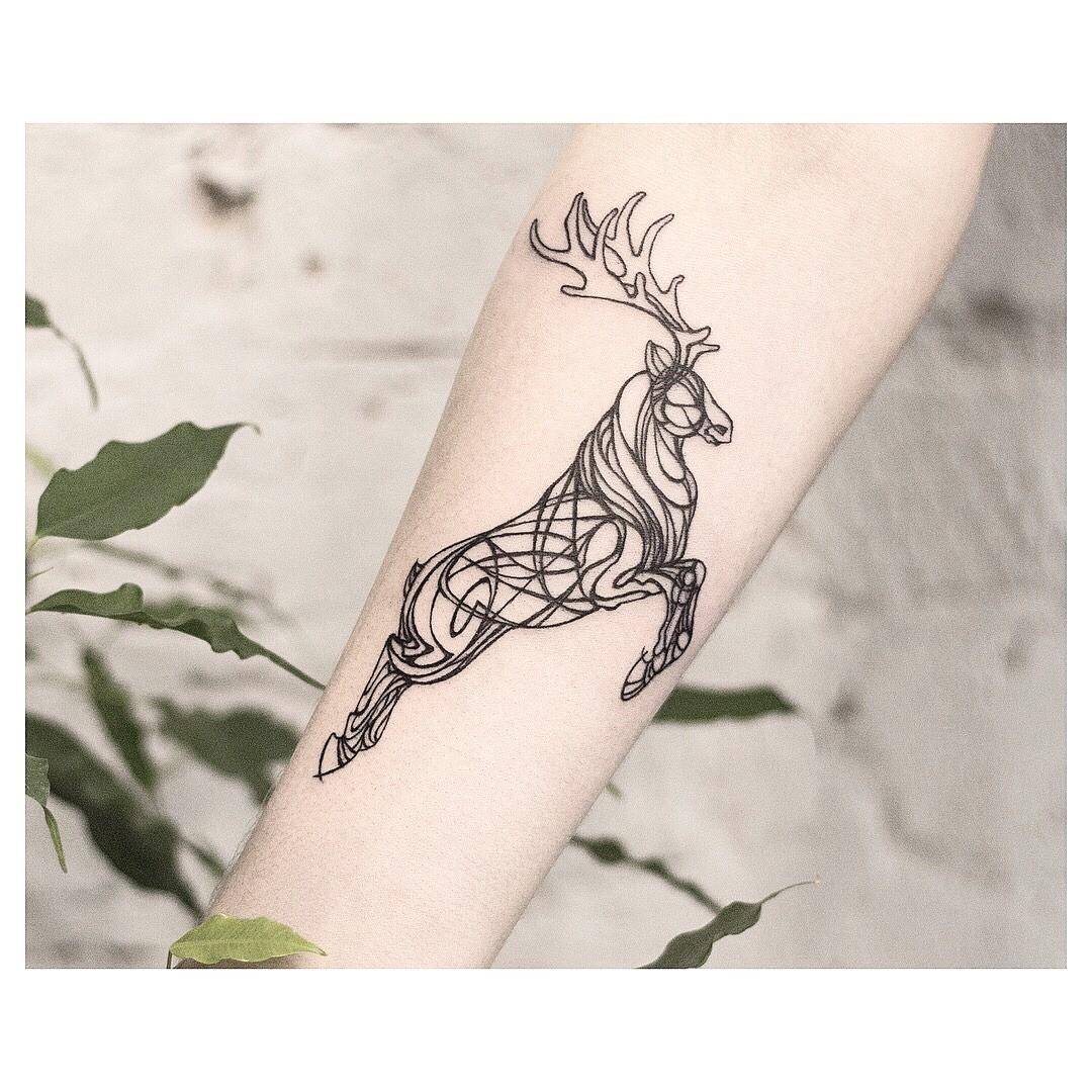 Олень - древний символ. Ты можешь набить татуировку с таким эскизом без особого смысла, а можешь вложить в нее очень многое. В древних культурах олень ассоциировался с восходом, светом, ч...