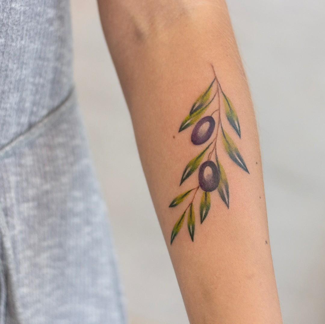 Ветви оливы символизируют чистоту, победу и радость - если с таким настроем прийти на собеседование, тебе точно не откажут! Татуировка с оливой может быть исполнена в разных вариантах: в...