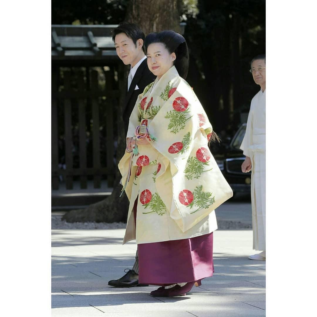 Согласно законам страны восходящего солнца девушка изимператорской семьи имеет право связывать себя узами брака только спредставителями знатного рода. Впротивном случае, она лишается в...