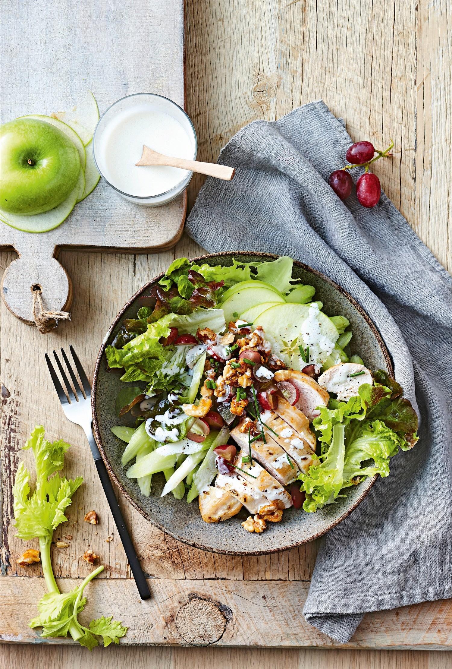 Салат с яблоками, сельдереем и курицей