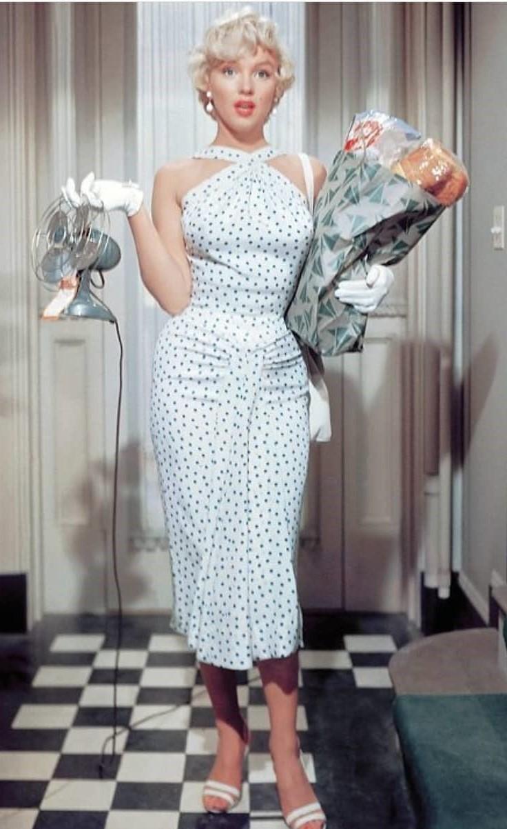 К 90-м годам «американская пройма» считалась уже пережитком прошлого, а в 2011 вновь появилась на подиумах. Особенно активно дизайнеры использовали ее в свадебных и вечерних нарядах. Коне...