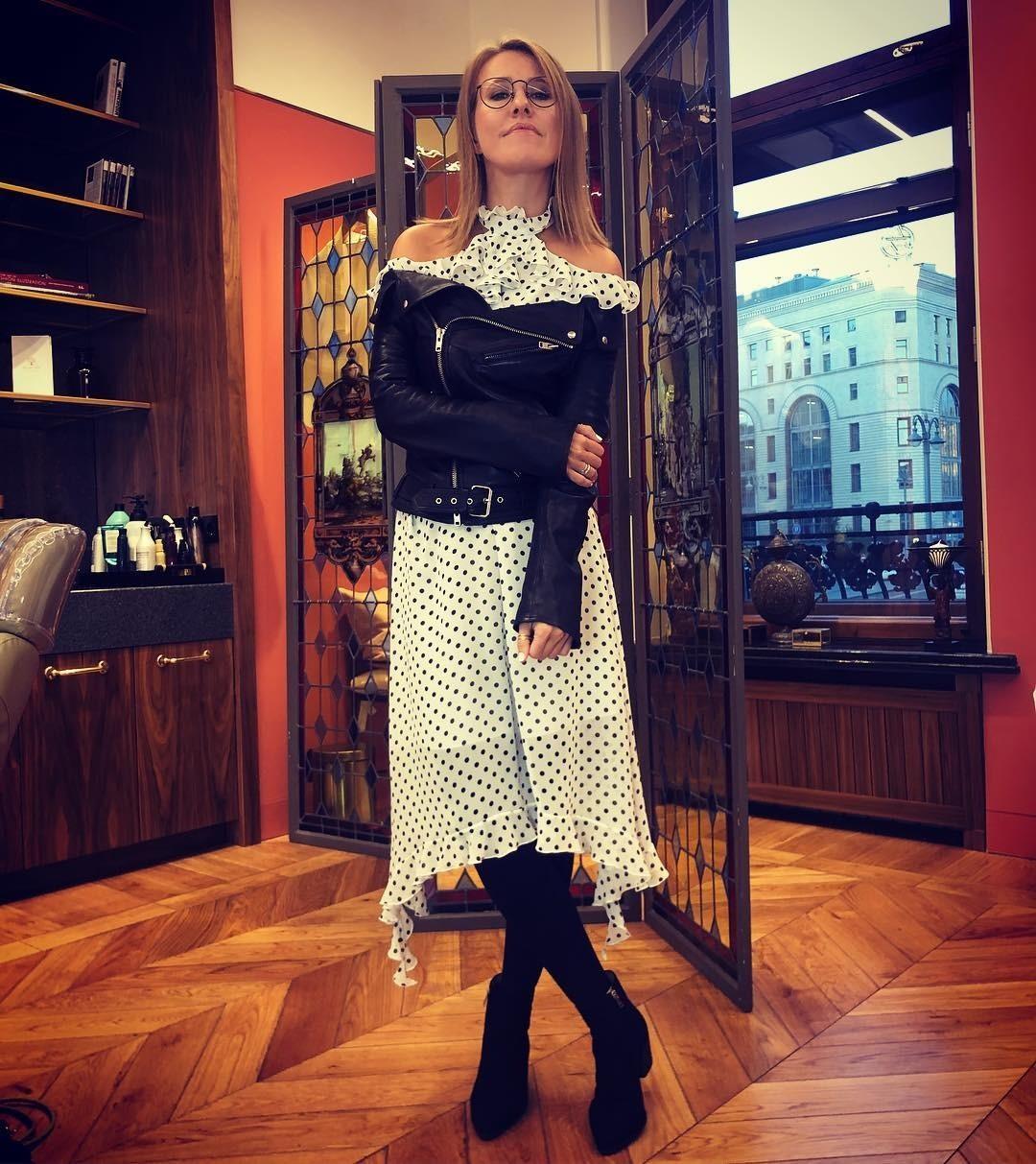 Телеведущая Ксения Собчак (36) любит удивлять публику своими смелыми и нетривиальными look'ами. На этот раз ей удалось удачно скомбинировать женственное платье в горошек и дерзкую кожаную...