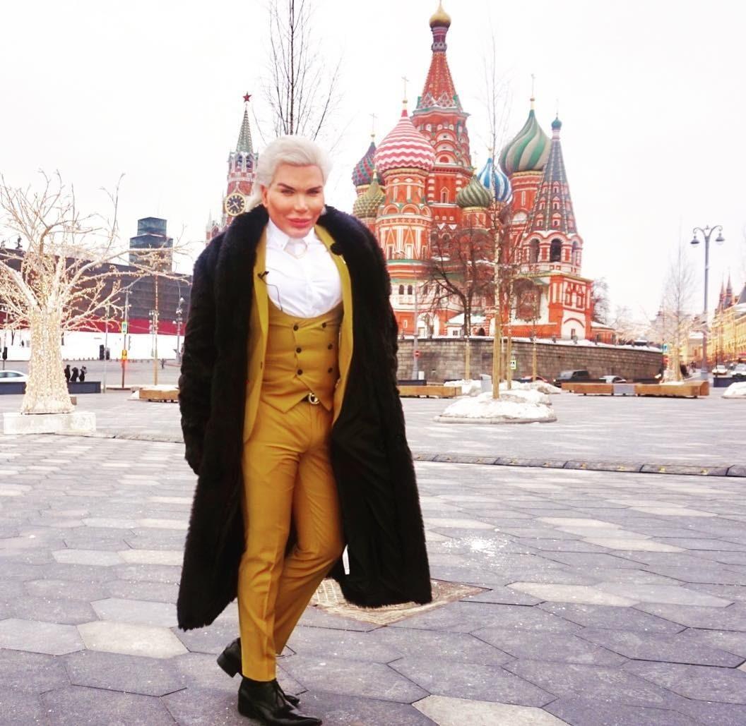 Родриго Алвес успел несколько раз побывать в Москве: он посещал неделю моды, участвовал в телепередаче, был на музыкальной премии. По словам Алвеса, он влюблен в Россию и мечтал найти зде...