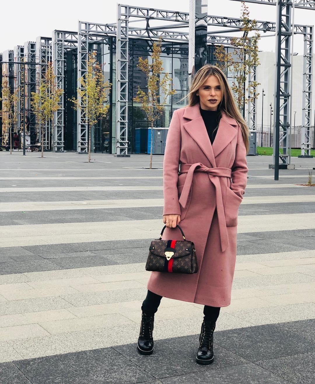 Актриса признается, что любит осень завозможность обновить гардероб икупить новые красивые пальто. Длявторого образа Анна выбрала длинное шерстяное пальто пудрово-розового цвета спояс...