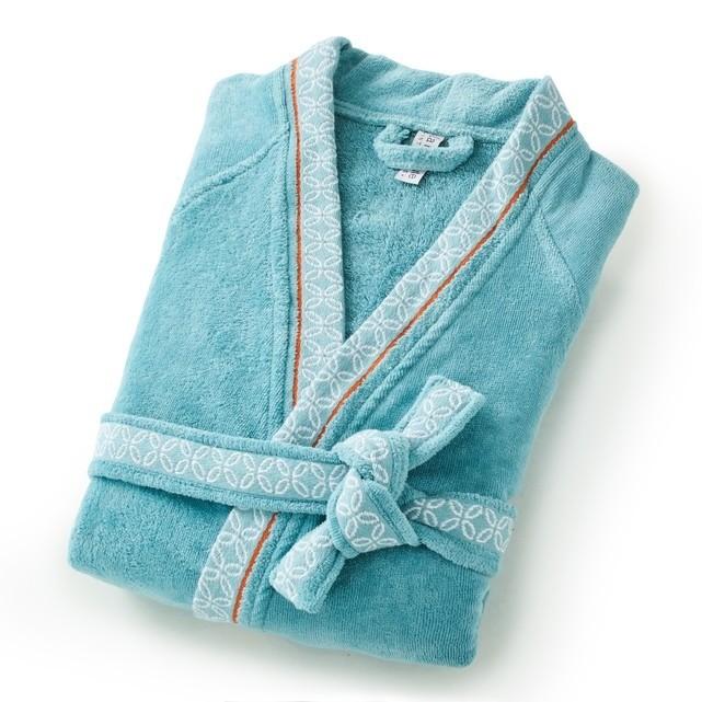 Завернуться после горячего душа вмягкий банный халат - да. Носить махровое нечто сзатяжками изаляпанными рукавами вкачестве домашней одежды - нет. Но русские женщины именно так идела...