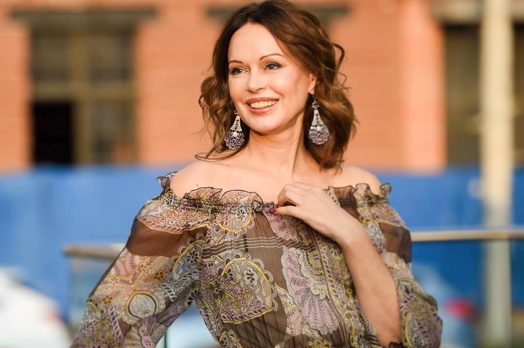 «На полтора размера платья поменяла»: Ирина Безрукова впервые прокомментировала слухи о беременности