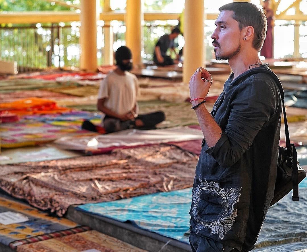 Непал - страна, которая не подразумевает дорогую одежду и дешевые понты. Билан отправился туда, спустя несколько дней после ДТП, в которое попал в Москве в середине сентября. По словам ар...
