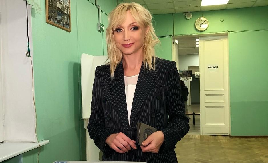 «Мадам Брошкина»: Кристина Орбакайте поразила сходством с мамой в новой ретро-фотосессии