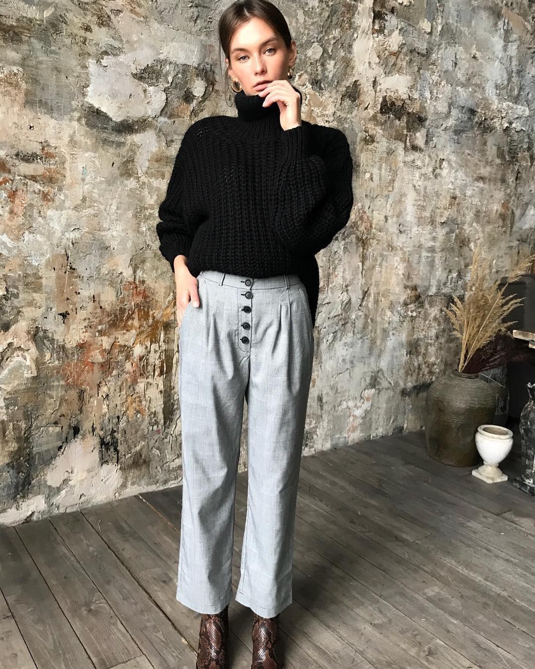 К классике относится нетолько маленькое черное платье, но ибольшой черный джемпер сгорлом. Этот универсальный элемент гардероба идеально сочетается скаждой вещью втвоем шкафу. Носи е...