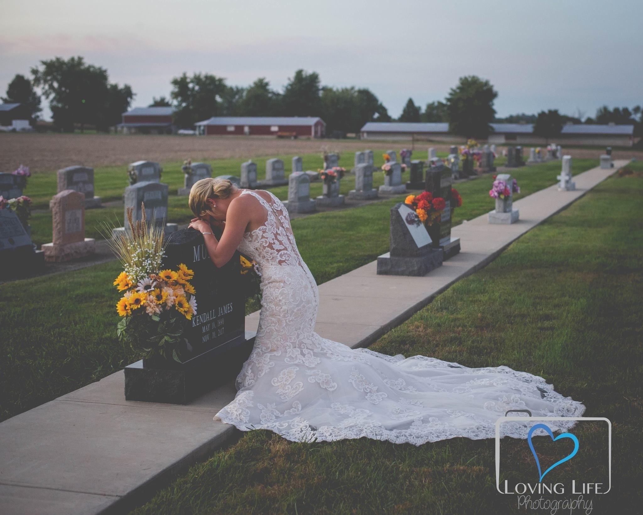 Трогательно до слез: в день свадьбы невеста пришла на могилу к жениху в подвенечном платье