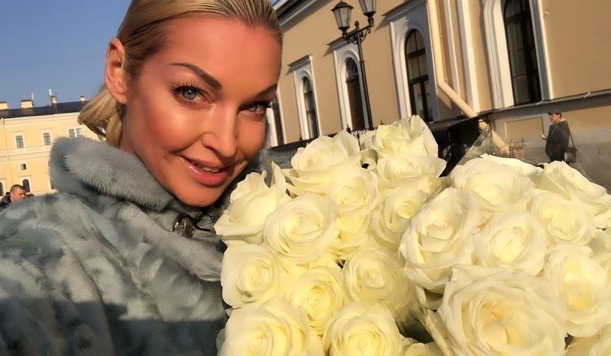 От избытка зрительской любви: Анастасия Волочкова упала на сцене из-за букета роз (видео)