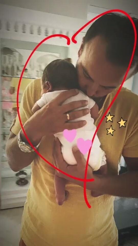 В своем Instagram Нюша опубликовала трогательное фото, накотором ее муж держит крохотную новорожденную малышку наруках. Певица сопроводила снимок смайликами сердечек извездочек - такая...