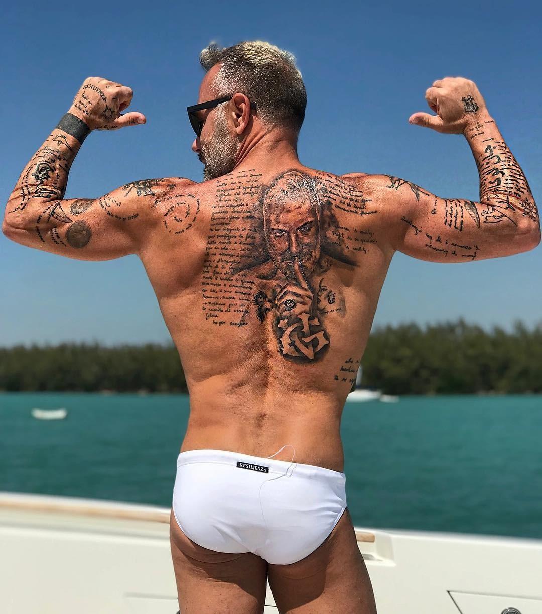 Это необязательный шаг на пути к жизни мечты - все по желанию, Джанлуки возжелал и набил татуировки. Нательными «рисунками» покрыта большая часть тела мужчины, включая спину, шею, голени...
