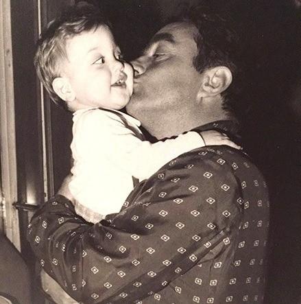 Вот так Джанлука выглядел в детстве. На этом снимке он в объятиях отца: маленький, невинный ребенок с пухлыми щечками и наивным взглядом - до татуированного накаченного мачо на яхте еще д...