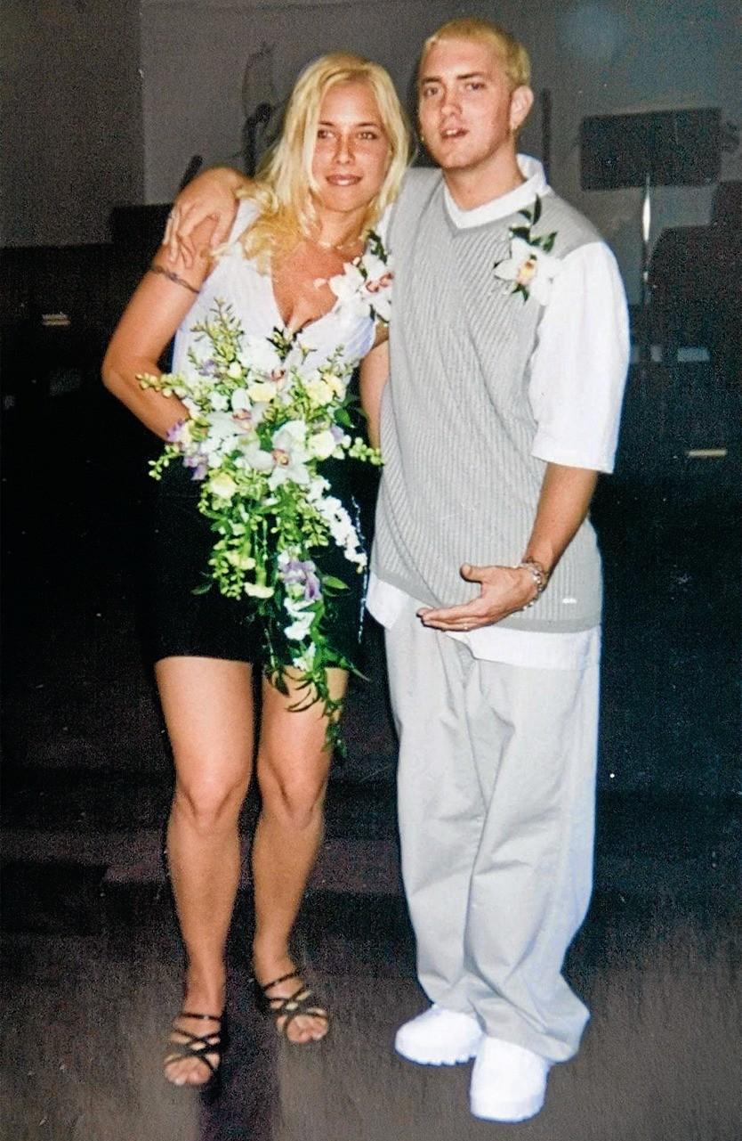 Американскому рэпперу было всего15 лет, когда он влюбился вКим. В1995 году уних родилась дочь, а в1999 году они сыграли свадьбу. Спустя год брак распался. В2006 году Эминем иКим сн...