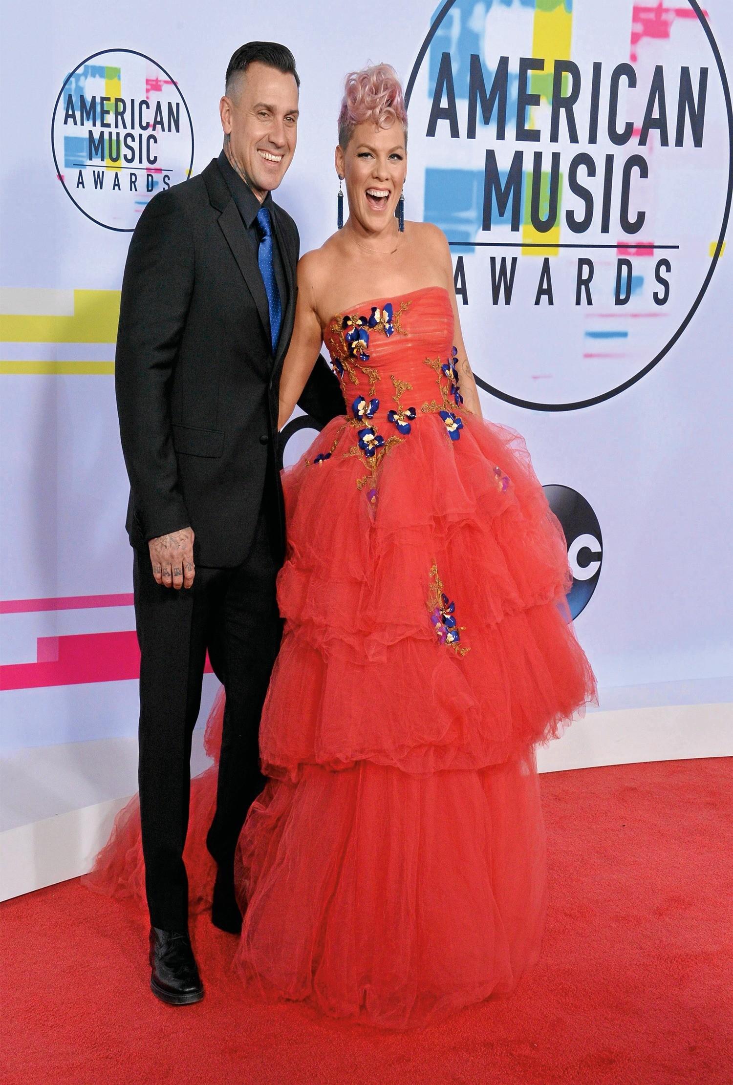 Отношения певицы и мотогонщика с самого начала развивались по непростому сценарию. Пинк с Кэри поженились в январе 2006 года, но в 2008 году после двух лет брака пара распалась.
