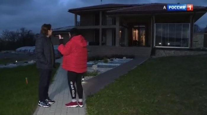 Певица Лолита показала Андрею Малахову свой дом в болгарской деревне