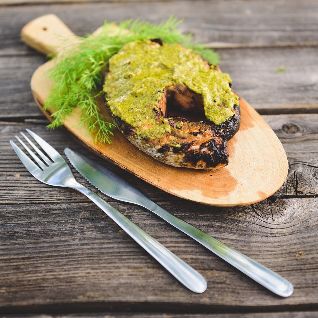 Промой и промокни салфеткой кусочки лосося. Замаринуй их на 30 минут с солью, перцем и лимонным соком. Приготовь порционные кусочки фольги. Слегка смажь ее оливковым маслом с внутренней с...