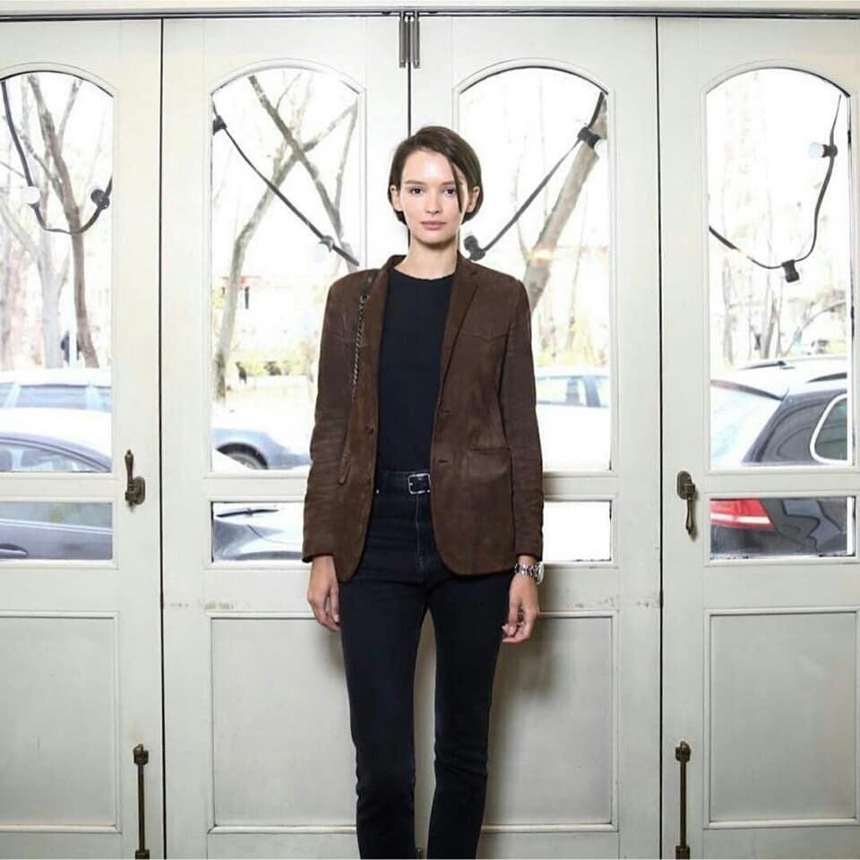 Для светского выхода она выбрала ансамбль, состоящий из черных брюк, водолазки и коричневого пиджака. Интернет-пользователи неоднозначно отреагировали на одежду звезды. Многие сочли, что...