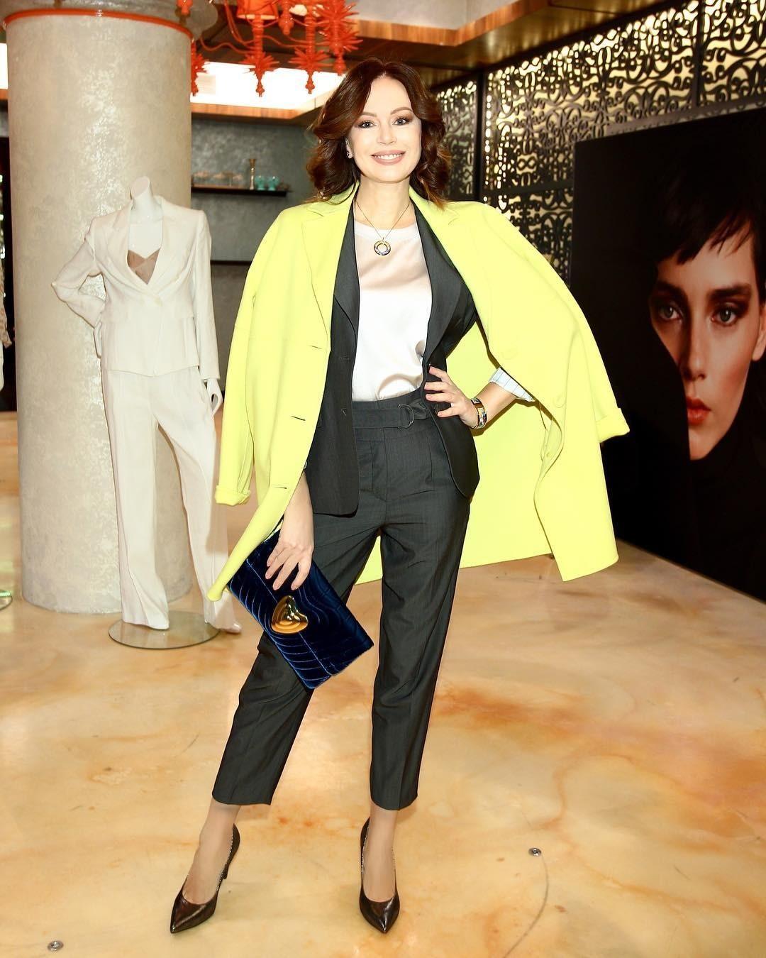 Серый брючный костюм Безрукова сопроводила молочной шелковой блузкой, ярко-желтым пальто ибархатным клатчем. Поклонники отметили, что втаком образе актриса выглядит на20 лет моложе. «С...