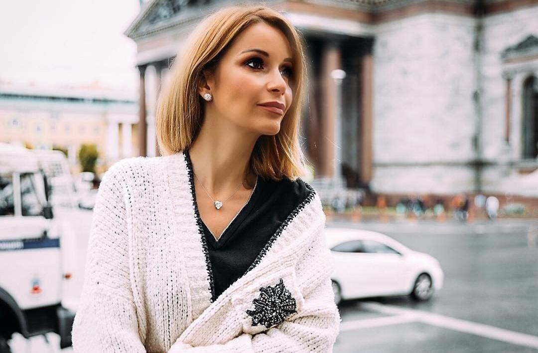 Ольга Орлова вышла в свет в вязаном свитере и шелковой юбке в пол