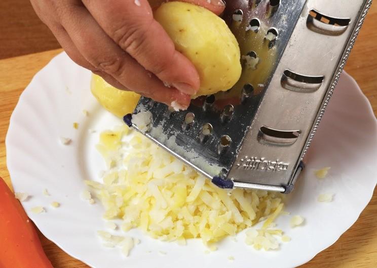 Твердый сыр натереть на средней терке.С шампиньонов слить жидкость.