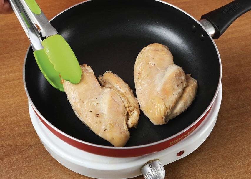 Куриное филе обжарить. Морковь отварить и натереть на средней терке. Зелень вымыть, обсушить и мелко нарезать.