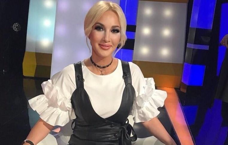 Лера Кудрявцева в платье с забавными пуговицами пришла на съемки телешоу